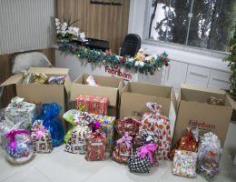 Crianças receberam presentes e cestas básicas no Natal Solidário